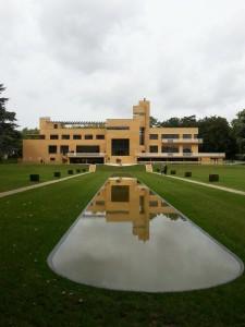 La Villa et son reflet dans le miroir d'eau, équilibre parfait