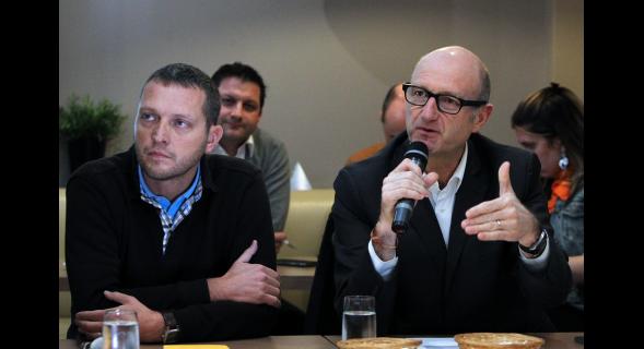 """Le blogueur roubaisien et apérologue Jérôme Dumont était """"grand témoin"""" du débat... (photo Nord-Eclair)"""