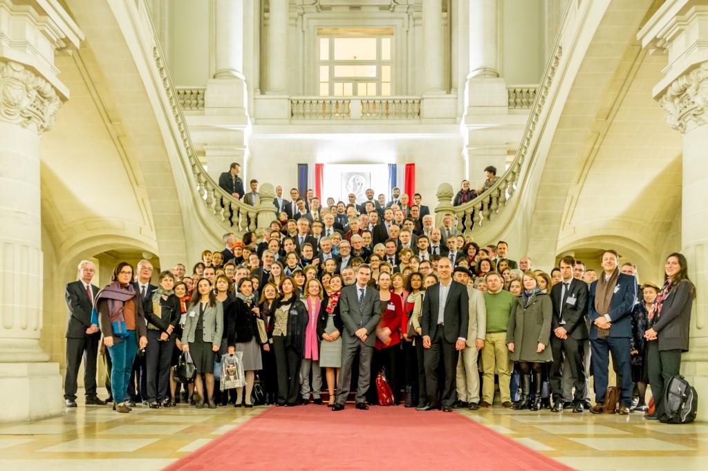 Les archivistes dans le Hall d'Honneur de l'Hôtel de Ville de Roubaix (photo Maxime Sabine)