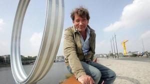 """Jean Blaise, devant un """"anneau"""" de Buren"""